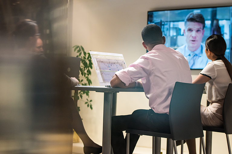 Mitarbeiter führen Videokonferenz zur standortunabhängigen Kommunikation