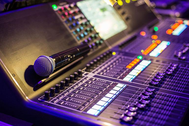 DJ Pult mit Mikrofon Tontechnik