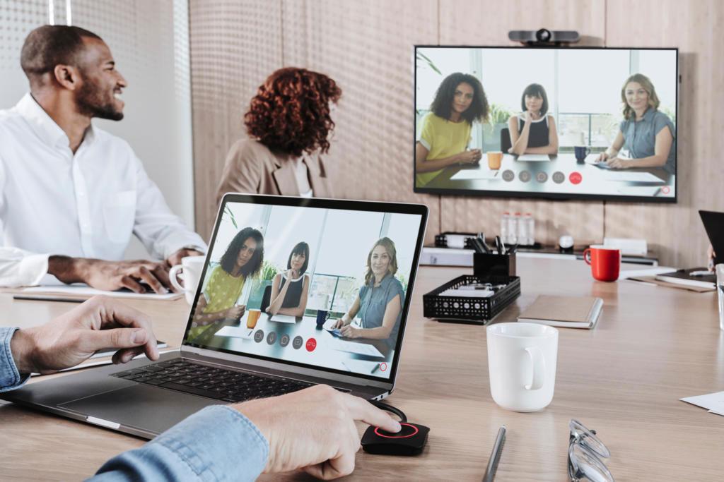 Team an einer Videokonferenz mit dem Barco ClickShare Conference