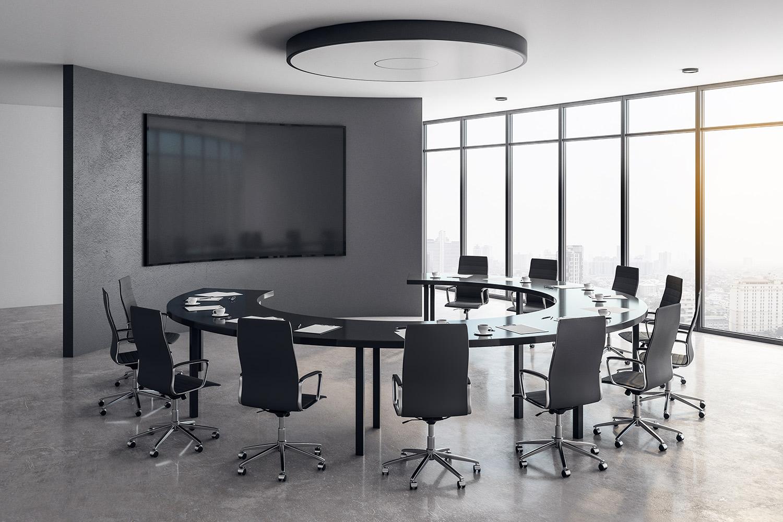Medientechnik-Lösung im Konferenzzimmer, gebogener Display und Rundtisch